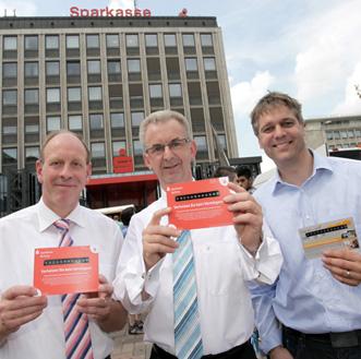 berbürgermeister Bernd Tischler (links) und der Vorstandsvorsitzende der Bottroper Sparkasse, Thomas Schmidt, präsentieren die Thermocard zusammen mit Ideengeber Dr. Jens Watenphul